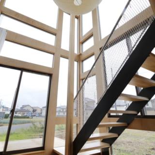 4種類の窓を組み合わせた大きな窓。Ⅿさんが購入したイサムノグチの照明がつるされており、リビングのワンポイントとなっている