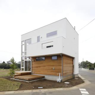 一般的な住宅とデザインに違いを持たせるために、屋根の形が外側からわかりにくいよう工夫されている。またリビングの外にはご夫婦の趣味であるテントも張れる広々としたウッドデッキも設けられた