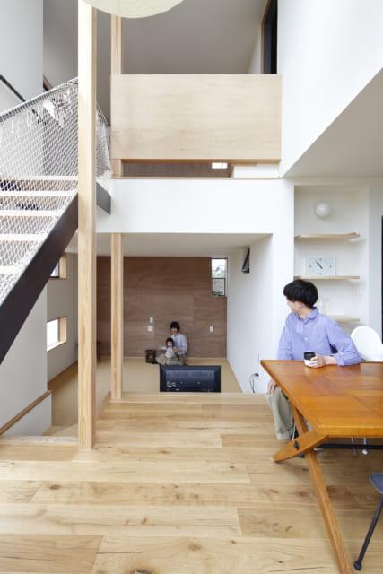 スキップフロアを採用することで床に高低差を演出。さらに階段の下のステップなどが用途を決めない「居場所」となっている