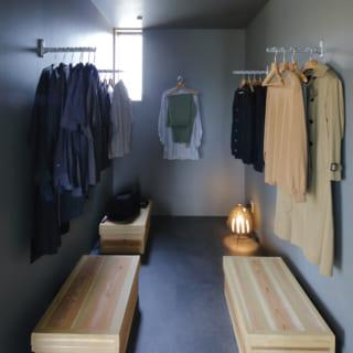 クローゼットスペース。ここにも作り付けの棚などは一切置かず、衣装箱とパイプのみでシンプルに収納している。これも物をあまり持たないというⅯさんならでは