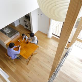2階から見下ろしたリビング。2階にいても常に家族を感じることができるつくりとなっている