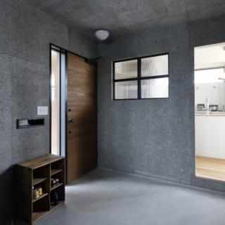 玄関を入ったところに設けられた6畳の土間。コンクリートで倉庫の雰囲気を出した空間となっており、ご夫婦の趣味など自由に使い方を工夫できるようつくられている