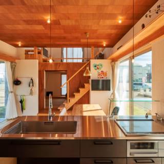 キッチンに立つと、玄関からスキップフロアのリビング、和室までが見渡せる。家事をしながらお子さんに目が届きやすいのもうれしい