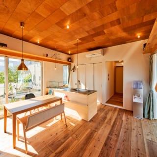 オリジナルで造作したオープンキッチン。キッチン裏には広いパントリーがあり、その横に洗面室があるため家事動線もよい