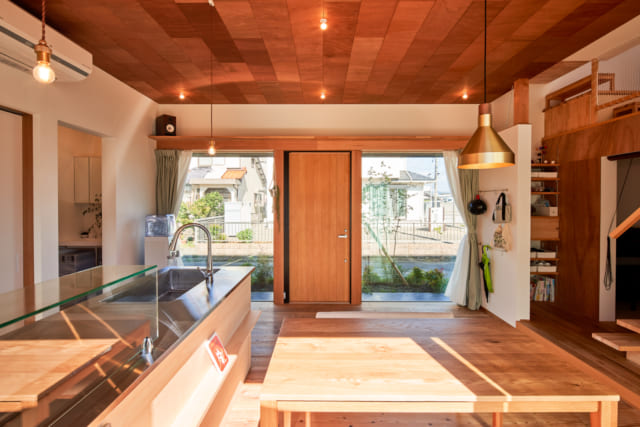 玄関扉を開けると、すぐにダイニング・キッチンにつながるK様邸。大きな窓のカーテンを開けておけば、まるで外と繋がっているかのよう