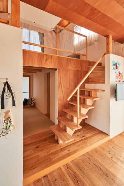 スキップフロアのリビングの下は畳敷きの和室に。階段の奥には納戸もあり、収納も豊富に