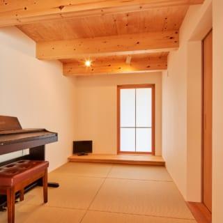 床の間を配した和室。板張りの梁見せ天井、畳などが、自然の温もりを感じさせてくれる落ち着いた雰囲気