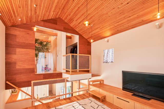 テレビボードにステップ台をつなげて、スキップフロアから2階へと続く階段として使用
