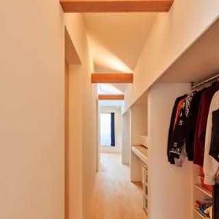 2階の廊下は片面の壁をクロゼットや収納棚で埋め尽くしている。左側は2部屋分の洋室、正面が主寝室になる