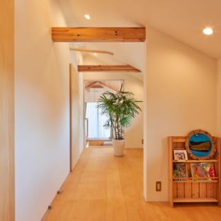 2階の居室は2部屋分が一直線につながっている。間仕切りを付けて2部屋に分けることも可能。勾配天井を生かした開放感も居心地がいい