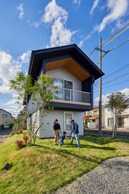建物が建つ部分には60~80cmほど盛り土をすることで、小山の上に家が建っているイメージ。建物を囲む庭でお子さんと遊ぶのも休日の楽しみ