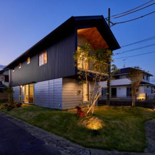 外壁や屋根にはガルバリウムを使用。南北が70cm、東西は60cmほど出した深い軒も特徴で、夜の外観も見栄えが美しい