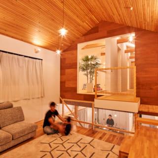 1階からスキップ階段を上がった中2階にあるリビングスペース。天井が高く、開放的な空間が広がる