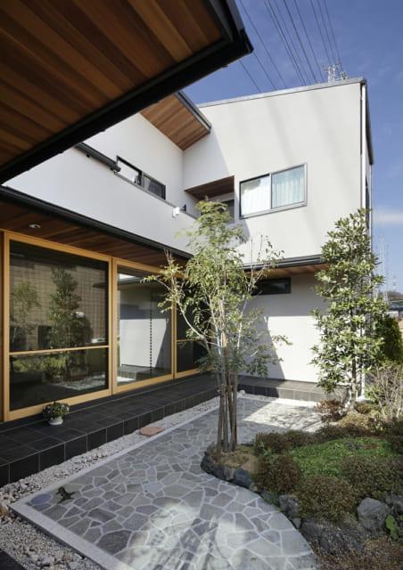 中庭をコの字型に囲んだプランがA邸の特徴。家の中のいたるところから、角度の違う中庭の景色を楽しむことができる