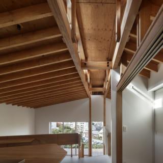 キールトラス梁/眺めのよい西の窓に向かって伸びている天井部の構造材が、キールをトラス構造で支えたキールトラス梁。この構造材を取り入れたことで、天井が高く柱のない大きなワンルームが可能になった。キールの南北面には広範囲にわたるトップライトがあり、西日が気になる時間帯にカーテンを閉めても、頭上から明るい自然光が降りそそぐ。南面のトップライトは小さな庇がついていて、夏の直射対策も万全。逆に、冬はぽかぽかの太陽光がたっぷり差し込む。トップライトはキールの東の先端にもあり、爽やかな朝日が入るのもうれしい