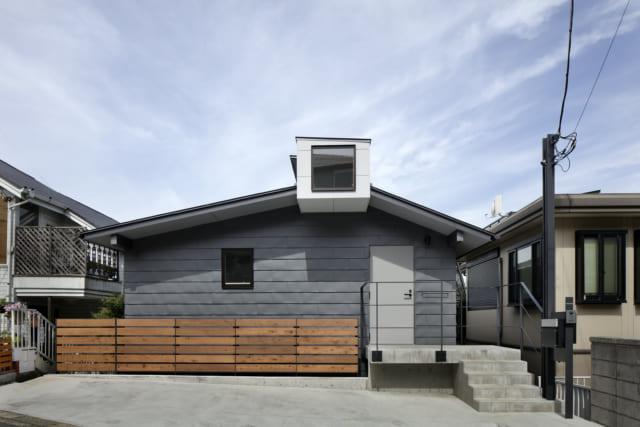 東の外観/傾斜地に立つY邸は玄関を入ると2.5階で、そこから徐々に下っていくスキップフロア構造。屋根の白い箱のようなところはキールの部分。道路に面した東の先端にもトップライトがあり、爽やかな朝日が入る
