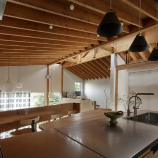 2.5階 キッチン/広々したキッチンはオーダーしたオリジナル。写真右手に行くと玄関があり、買い物帰りは買った食材をすぐにダイニングに置ける便利な動線。同じ階のはす向かいにある書斎や、一段下がったリビングとの一体感も高い
