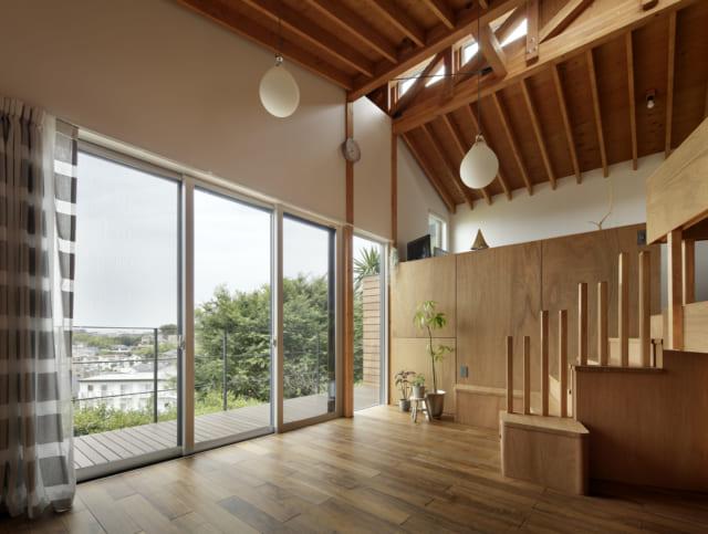 2階 リビング/天井が高く柱のない空間は、抜群の開放感。高度な設計スキルと斬新な発想で、贅沢な景色に向かって大きく開かれた気持ちのいい住まいが完成した