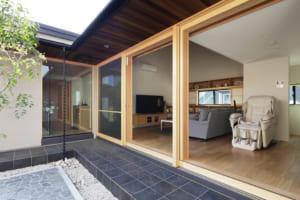 中庭に大きく開いた開口部が魅力!構造にヒノキを贅沢に使った上質な住まい