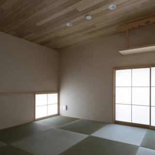 フチなし畳を敷いた和室。座った目線の高さに明り取りの窓が設けられている