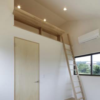 大学生になるお子さんの寝室にはロフトが設けられており、こちらも天井は勾配天井となっている