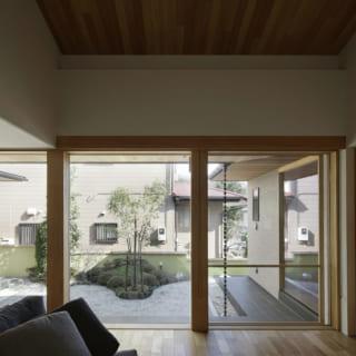 リビングから眺める中庭の風景。窓を開け放つと、中庭がもう1つのリビングとしての役割を果たし、一体化した空間となるよう意図された