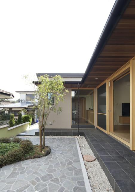 レッドシダーの軒裏と無垢材の風合い、縁側のような雰囲気も醸し出すタイルとの色のコントラストが美しい