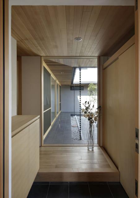 玄関を上がった正面に大きな窓が設置されており、中庭の風景が目に飛び込んでくる