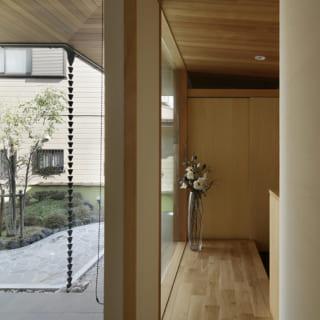 リビングから見た廊下。やや傾斜をつけた勾配天井が高いデザイン性を感じさせる