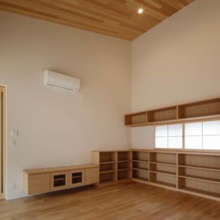 リビングに備えられた書棚は、今回腰越さんが造作したもの。間の格子戸からやわらかな光が入る
