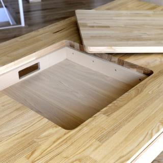 ダイニングテーブルは、岡本さんのオリジナル。卓上コンロ用の仕掛けで、家族団らんのアシストも