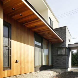 庭側の外壁材には、木目の美しさが際立つレッドシダーを採用。軒を深くすることで、冬は日差しを入りやすく、夏は直接LDKへ陽射しが入りにくくしている