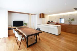 無垢の木、タイル…、素材を生かし、内と外を繋げるデザインに暮らし心地も追求した家