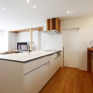 キッチン横にはパントリーを設けた。中には冷蔵庫が収まるスペースに加え、壁2面にたっぷりと収納できる可動棚を備え付けている
