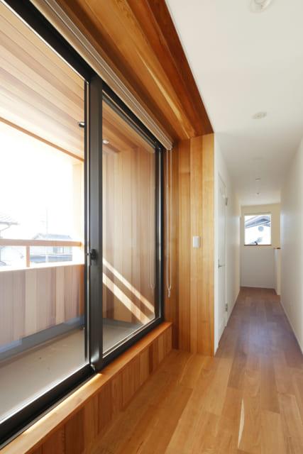 2階の廊下は東西に窓を設け、光と風が抜けるよう配慮。4部屋ある居室は、壁を隔てて直接、隣り合うことがないよう、間にトイレやクロゼットなどを挟んでいる