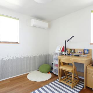 2階の子ども部屋は、3人のお子さん自身が自分の部屋のクロスを好みで選んだ。収納スペース内には可動棚も設置して片付けしやすくなっている