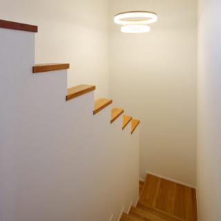 階段の段差をやや低くしたことで、1階の洗面から洗濯物をもって2階へ上がるとき両手がふさがっていても、階段の手摺りを持たずに上がりやすい