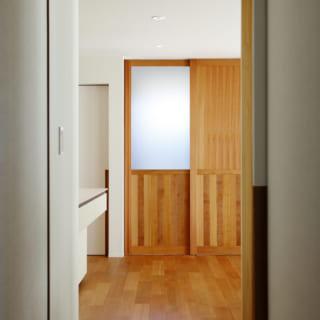 1階の廊下は通常の設計であれば900mm幅になるところ、あえて1010mm幅を取り、空間に余裕を感じられるようにした