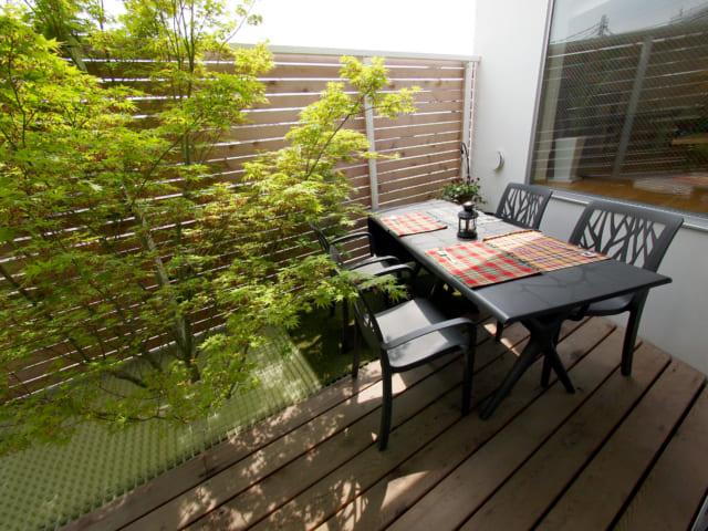 庭のような2階のバルコニー。木のすぐそばでBBQを楽しめるなど、アウトドア気分も満喫の家族の憩いの場