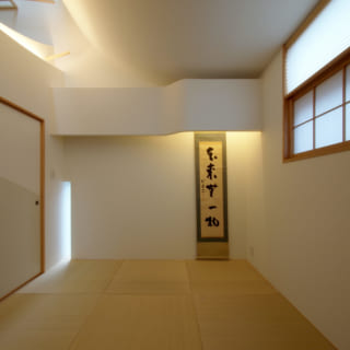 リビングの隣に設けられた和室は、天井、窓、スリットと多様な光の導きで趣のある空間に