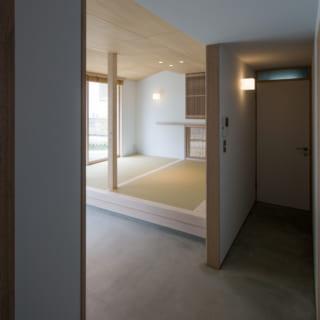 寝室側から見た土間スペース。ドアの向こうにはトイレが配されている