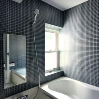 1階のバスルーム。庭側に窓が設けられており、窓を開ければ庭の景色を望む
