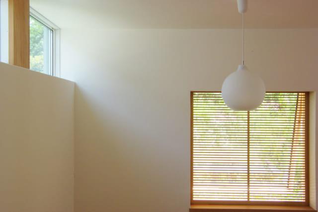壁や天井は全面漆喰塗りで仕上げた。周辺の緑が垣間見えて目にやさしく、心落ち着く暮らしが叶う