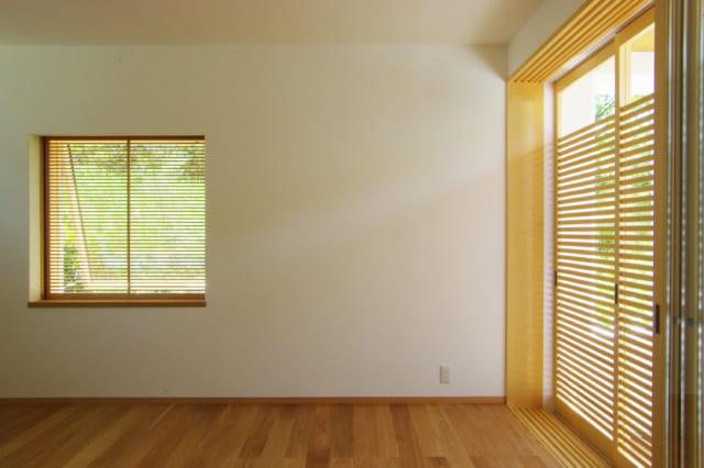 1階LDKには、庭を望む大きな窓、公園側の景色が見える東側の窓と、光を取りこむ北川の窓も配置