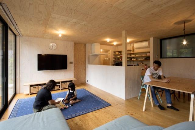 内壁はすべてラーチ合板製。木のぬくもりを感じられる、くつろぎの空間