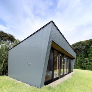 展望台のような2階部分。1階の屋根の上に芝が敷かれくつろぎのスペースに