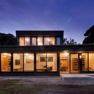 夜になると、室内の灯りにより建物が行灯のように。敷地が木々に囲まれているので、プライバシーを気にせず開放的に過ごせる