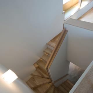 上から見た階段。らせん状に組み合わされた木のデザインが美しい