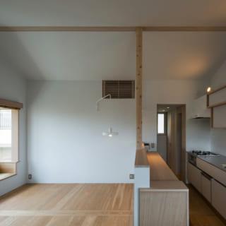 2階のLDKとキッチン。キッチンのドアの向こうには子ども部屋が配されており、お子さんはキッチンを通って部屋に入るユニークなつくり