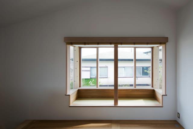 出窓の下は腰掛けられる畳敷きとなっており、見下ろすと庭の景色を楽しむことができるよう工夫されている